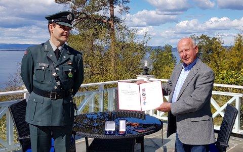DEKORERT: IvarErnø mottok Forsvarets medalje for internasjonale operasjoner av kaptein Stig Lande.