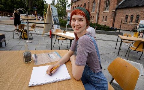 GLEDER SEG: Illustratør Aurora Wilde skal fange folks drømmer for et fremtidig Moss på papiret.
