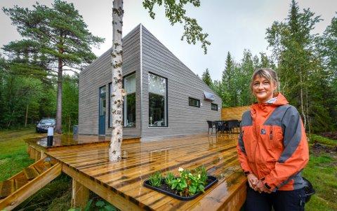 Kari Arntsen har egenhendig bygd hytte ved Stålfjell i Sverige