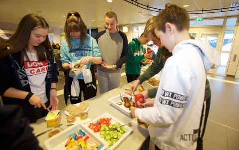 Varme fiskekaker, grønnsaker, brød og sunt pålegg står klart på serveringsbordet når elevene kommer til lunsj. Foto: Ola Solvang