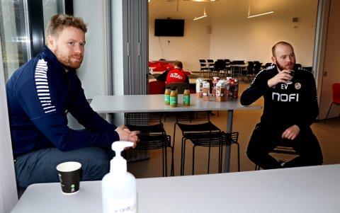 STORT FRAFALL: Samfunnskontakt Tom Høgli og trener Edvard Vassmyr håper så mange som mulig med utfordringer innen rus og psykiatri finner tilbake til fotballtilbudet, der de nå serverer mat og drikke i Lerøyhallen. Fra i vinter har rundt 70 prosent blitt borte.