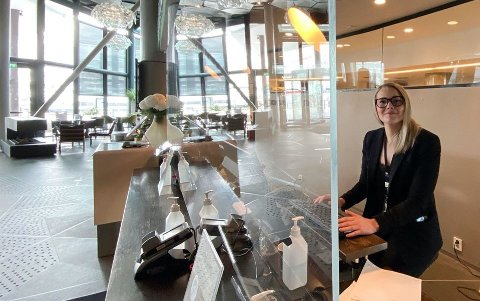GLASSET INN: Ida Jakobsen på The Edge bak splitternytt polykarbonat fra Appelbom. Glassmestrene i Tromsø vasser i oppdrag.