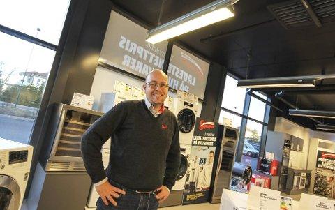 SER NORDOVER:  Retail manager Lars Edvardsen søker elkjeden etter lokaler og kjøpmann i Tromsø.  Foto: Jon Gran