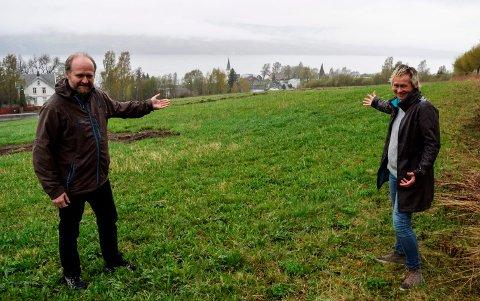 Lars Harald Weydahl og Line Bøe i Søndre Land kommune byr fram kommunens beste tomteareal for utbygging. Så langt har ingen firmaer meldt seg på i konkurransen.