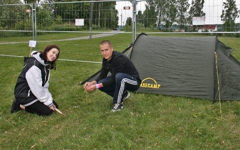LOKALE CAMPERE: Tross at de kunne overnattet hjemme, var Tara Sinkovec og Simen Nørstebø først ute med å slå opp teltet nede ved Mjøsa før helgas festival.