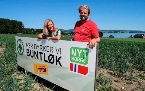 """- Vi er stolte av maten vi produserer på Toten. Det kan gjerne alle som bor på Toten være, sier Camilla Rostad og Per Odd Gjestvang om """"Her dyrker vi""""-kampanjen de har satt igang."""