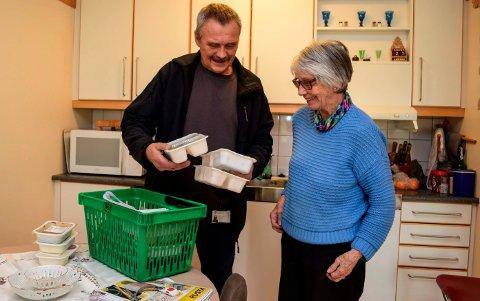 RETT HJEM: Hver torsdag kommer Jahn Trygve Jonstad fra Gimle storkjøkken i Vestre Toten med ferdige middagsporsjoner til Gerd Helgestad (86) og andre hjemmeboende mottakere i omsorgstjenesten i Østre Toten.