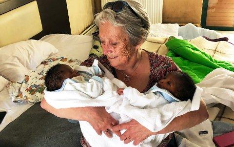MÅTTE REDDES: Mette Gulbrandsen (70) fra Dokka har sammen med en annen bestemor holdt liv i disse to tvillinguttene som ble født på øya Chios i Hellas. Hun fant de fire dager gamle, uten mat og uten klær.