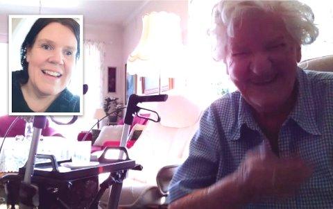 AVSTANDSOPPFØLGING: 89 år gamle Anna Sletten på Kapp er blant dem som har tilbud om avstandsoppfølging i eldreomsorgen i Østre Toten. Her er hun i kontakt med besøksvennen sin,  Ann Merethe Nyborg.