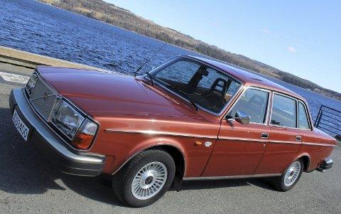 STILIG BIL: Toppmodellen 264 var basert på 240-modellen, men ved hjelp av litt ekstra listverk, større baklykter og en mektig «Rolls-Royce-grill» klarte man å skape et utseende som var luksusklassen verdig.FOTO: DAG SKOGLUND