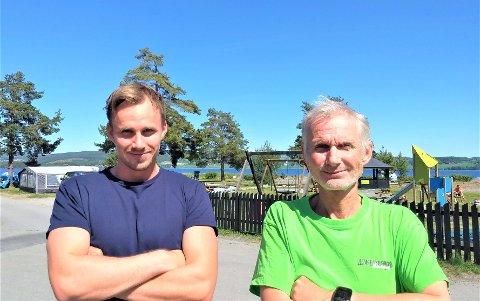 FORNØYDE: Tor Håkon (26) og Ole Petter (58) Sveen var strålende fornøyde etter pinsehelgen med rekordmye besøk på campingplassen på Sveastranda.