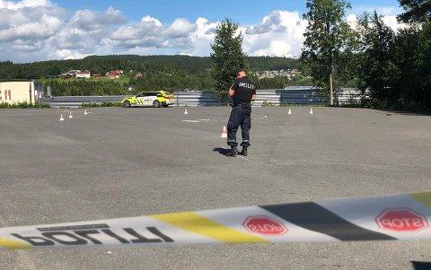 NED BRATT SKRÅNING: Kvinnen skal ha havnet utfor en kant fra Statens vegvesen og videre ned en bratt skråning.