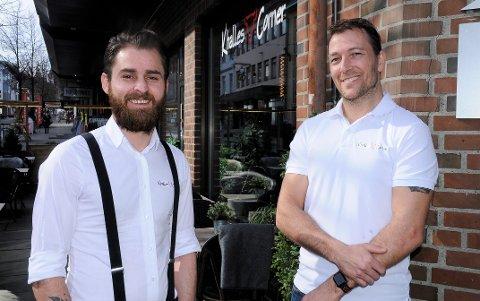 HÅPER PÅ KUNDER: Ismail Wali og Tormod Kallan ved Khalles Corner i Gjøvik håper på kunder, selv om de er usikre på om det er greit å oppfordre folk til å gå ut.