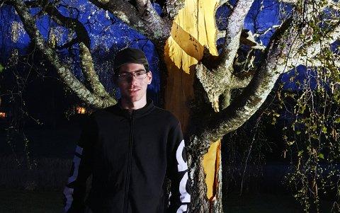 DRØNN: Stelios Pashaj (15) fikk oppleve enrome naturkrefter da lynnedslaget traff bjørka i hagen.