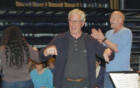 Tungvekter: Kjell Martinsen er en tungvekter i norsk musikkliv og dirigent for Follo seniorkester de siste fem årene. Her fra en konsertøvelse i Kolben med musiker og komponist Lars Martin Myhre, som klapper i hendene.