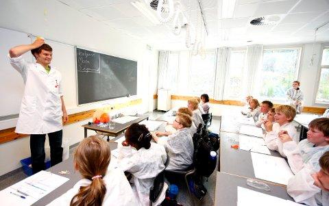 MYE SPENNENDE: Forskerfabrikken har sommerskole på Hebekk skole i august. Her viser kursleder Torbjørn Ness eksploderende vann under en tidligere sommerskole for elevene ved barneskolene på Langhus.