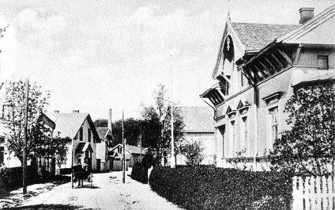 DR. HOLMS VEI. Fra den eldste delen av Dr. Holms vei omkring 1910. Murvillaen i sveitserstil til høyre på bildet over ble oppført i 1885 som et av de første hus på Nanset etter at området var regulert. I dag eies det av forfatteren Anne Holt.