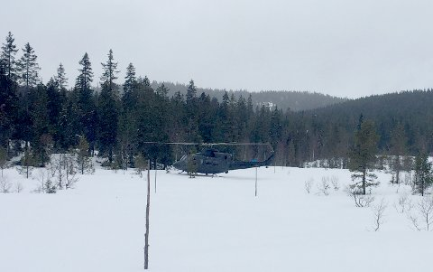Landet: Her står ett av helikoptrene, midt i skitraséen