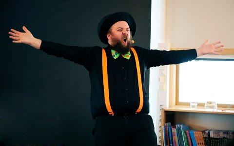 Johannes Lindrupsen tryllet fram latteren hos 150 barn og voksne på Larvik bibliotek