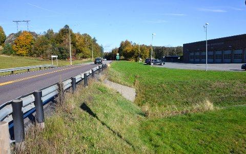 STORT PROSJEKT: Her ved brannstasjonen skal starten på den 1,8 kilometer lange gang- og sykkelveien være.