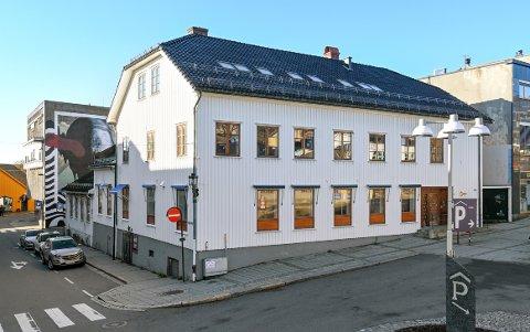 SOLGT: Torget 10, for mange kjent som bygården der Apotek Ørnen holdt til, er nå solgt etter å ha ligget ute på markedet et halvt års tid.