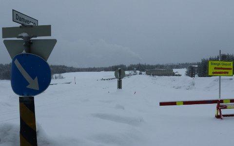 FORTSATT STENGT:  Kraftverkbrua på Braskereifoss blir stengt ytterligere et par uker. Det blir ny steging til våren da arbeidet med vann- og avløpsledning fortsetter.