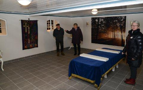 FLOTT: Reidar Vålbekken, Turid Myrvold og Tove Strand er fornøyd med jobben som er gjort med bårerommet.