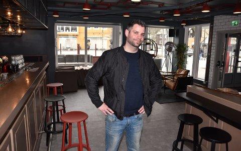 PÅ PLASS PÅ LOKKET: Aron Komlosi er klar til å omgjøre Lokket Pub & Bar til Barcode Elverum.