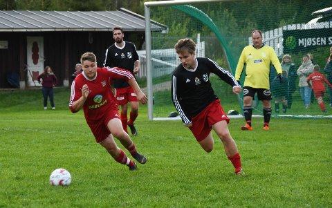 HERJET: Ole Kristian Graff Nygård (t.h.) scoret tre mål  da Nybygda slo Brøttum og Øystein Øverbø 7-0 i serieåpningen på Tømmermyra.