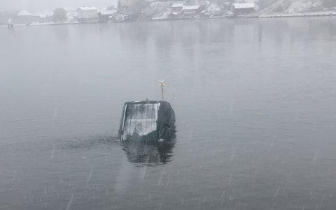 Bilen som havnet i elva gikk til bunns. De to som var i bilen svømte til land.