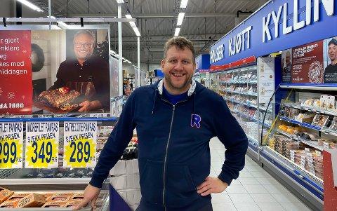 DØGNÅPENT: Butikksjef for Rema 1000 Heistad, Frode Svarstad-Elverhøy, holder døgnåpent i dagene fram mot jul.