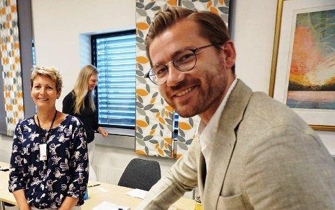 Klima- og miljøminister Sveinung Rotevatn overrakte Venstres Miljøpris 2020 til daglig leder Susan Heldal i OiW Process i Herøya Industripark.