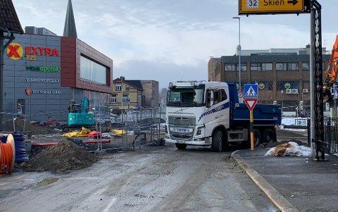 STENGT: Kommunen avventer med å åpne Domuskrysset, fram til de er ferdig med strekningen og fått på plass tre lag med asfalt og slitelag.