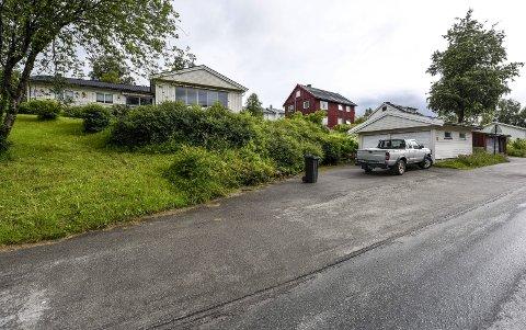 Sentralt: På denne tomten i Lars Meyers gate 23 og 25 planlegges det 20 til 30 boenheter fordelt på to leilighetsbygg på fire etasjer. Foto: Øyvind Bratt.