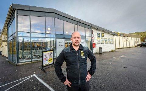 Kjøpmann Trond Berg støtter de ansatte som trykket på ransalarmen forrige helg. Han mener det var siste utvei.