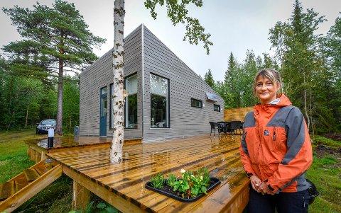 Kari Arntsen er lei seg for ikke å få brukt hytta i Sverige. Dette bildet ble tatt i fjor i forbindelse med en hyttereportasje.