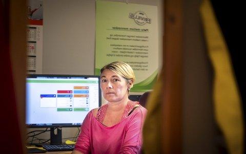 For Ann-Monika Agursdatter Berg (45) er det viktig å ha en jobb å gå til. Hun er derfor glad for å være tilbake og i arbeid på Frivilligsentralen, men også klar over at det ikke er en selvfølge etter et hjerneslag. Foto: Øyvind Bratt