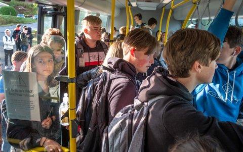 Fulle busser og ståplasser på bussene er mer regelen enn unntaket for mange elever som er avhengig av buss for å komme seg til og fra skolen.