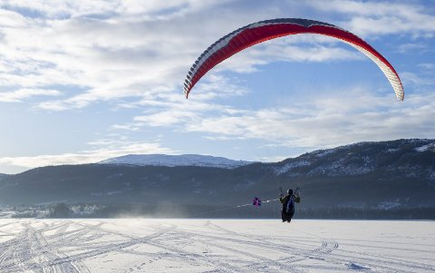 Slik arter deg seg når du dras opp med paraglider. Du ser vinsjen som er festet til scooteren i forgrunnen. Kjell-Harald Nesengmo sitter i paraglideren. Foto: Frode Steen