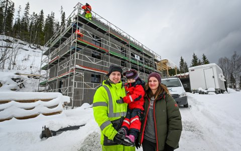 Familien mener det er en fordel å være med på byggeprosessen fra start til slutt. De har sørget for at det blir god plass i huset, som snart skal romme en familie på fire.