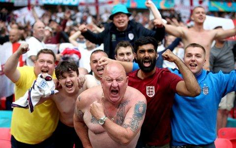 Engelske fans feirer etter at de slo Tyskland 2-0 i åttedelsfinalen. WHO frykter ny smittebølge som følge av EM.