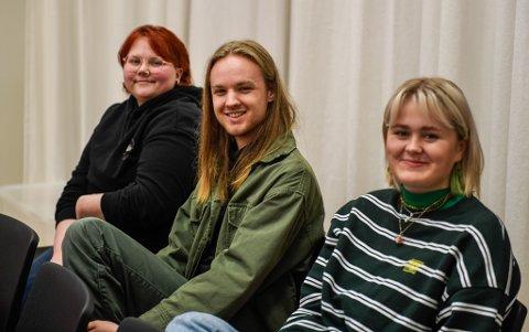 Ebba Sørensen (t.v.), Olav Berg Fagerland og Emilie Sandvik-Mikalsen er tre av elevene på tredje året på dramalinja ved Polarsirkelen videregående skole. Under Vinterlys skal de turnere med en egen forestilling.