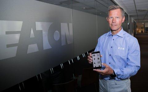 Jon Helsingeng, leder i selskapet Eaton deler ut smarthus-utstyr for 2,4 millioner kroner til skoler.