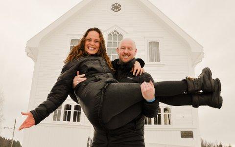"""Prest Stian Roos og Jevnaker menighet vil arrangere """"maraton-bryllup"""" 25. juni. Sanger Kristin Bjerkerud blir gave til brudeparene."""