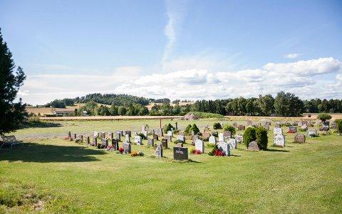 Kirkegården ved Hole kirke er i ferd med å bli utvidet, slik at man får flere gravplasser.
