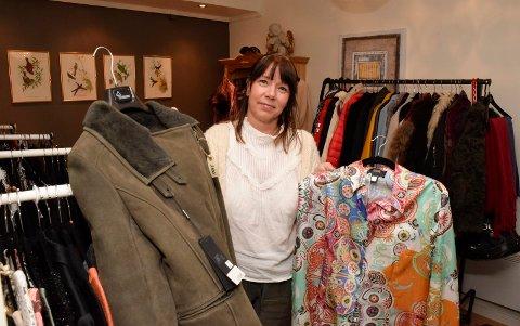 LØRDAGSBUTIKK: Kati Huttunen har åpnet lørdagsbutikk med brukte klær i Stabells gate.