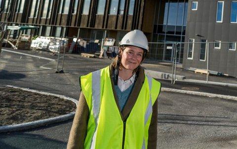 ER I RUTE: Rektor Anne Cathrine Fjellvang kan trolig ønske elever velkommen til ny skole i august som planlagt. Foreløpig går byggingen som planlagt til tross for koronakrisen.