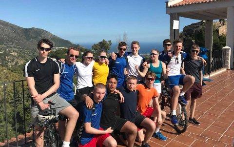 KULTY PÅ TRENINGSALEIR: Fjorten av Rjukan idrett-elevene som er på treningsleir i Torremolinos.