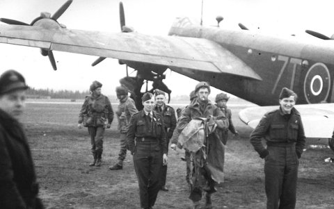 KRIGEN ER SLUTT: Kaye Weedon var angivelig to ganger på Gardermoen i løpet av frigjøringsdagene i 1945. Her har han fotografert britiske soldater. Smilende ansiktsuttrykk forteller om lutter glede.