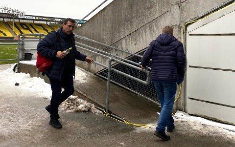 PÅ ÅRÅSEN: Tom Nordlie avbildet på vei inn på Åråsen rett før pressekonferansen. FOTO: STINE CHRISTENSEN